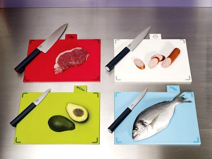 Оптимально иметь на кухне разделочные доски для разных видов продуктов.