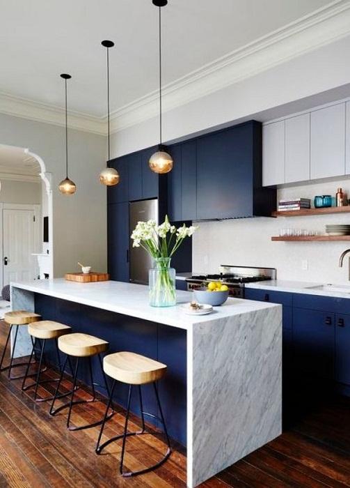 Красивый интерьер кухни в прекрасном темно-баклажанном цвете.