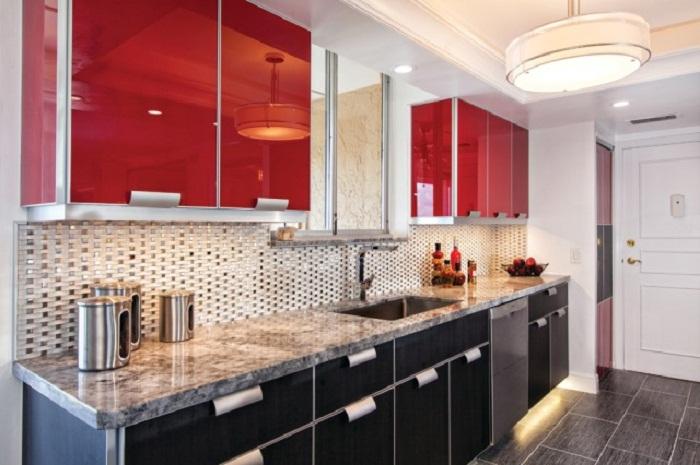 Невероятный интерьер кухни в черно-красных тонах, что определенно порадует глаз.