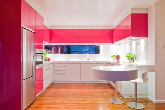 Кухня в цвете свежего сочного малинового варенья, что может быть еще лучше.