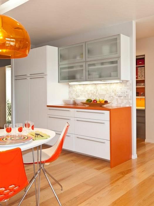 Очень потрясающий интерьер кухни в апельсиновых тонах, что впечатлит и подарит хорошее настроение.