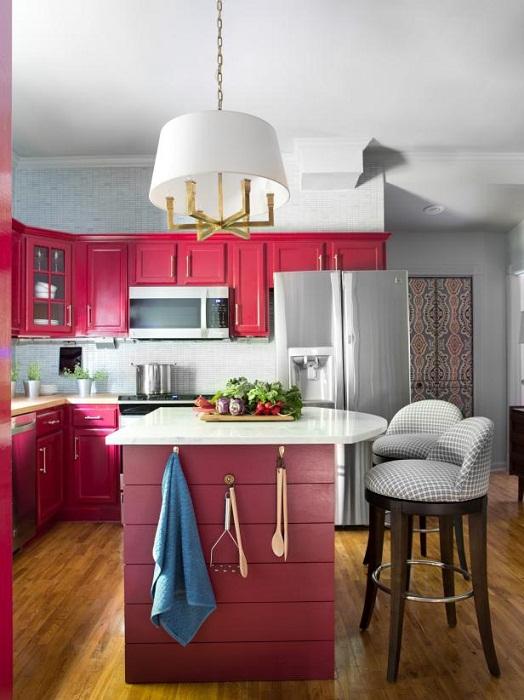Оригинальный интерьер кухни в цветах спелых ягод, что точно понравится и улучшит любой интерьер.