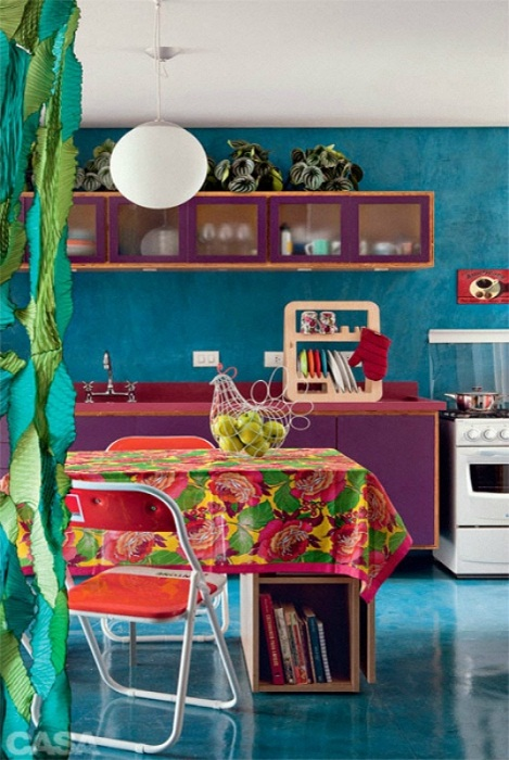 Кухня оформлена в отличных ярких и насыщенных тонах.