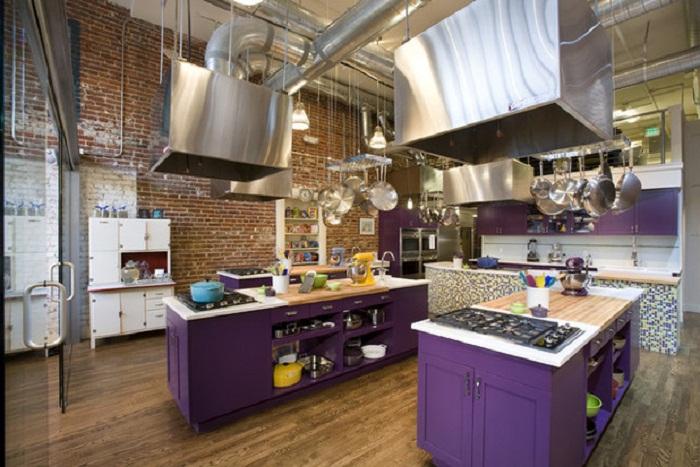 Прекрасное оформление кухни в фиолетовых оттенках, что точно впечатлит.