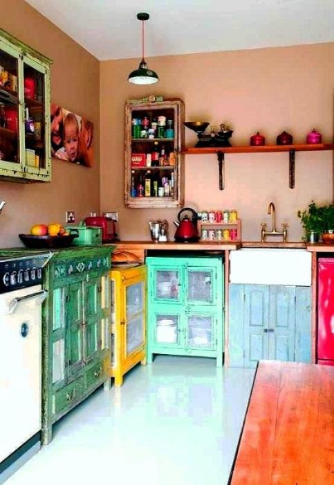 Красочная мебель в интерьере кухни позволит украсить любую даже самую пасмурную обстановку.
