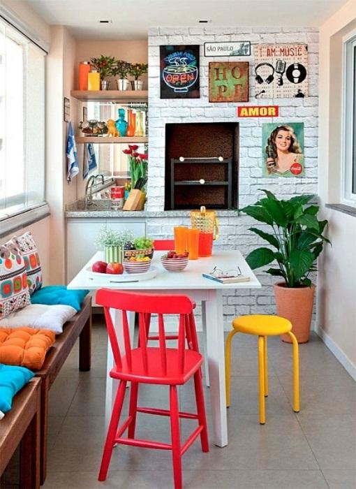 При помощи ярких и контрастных элементов возможно создать крутой декор на любой кухне.