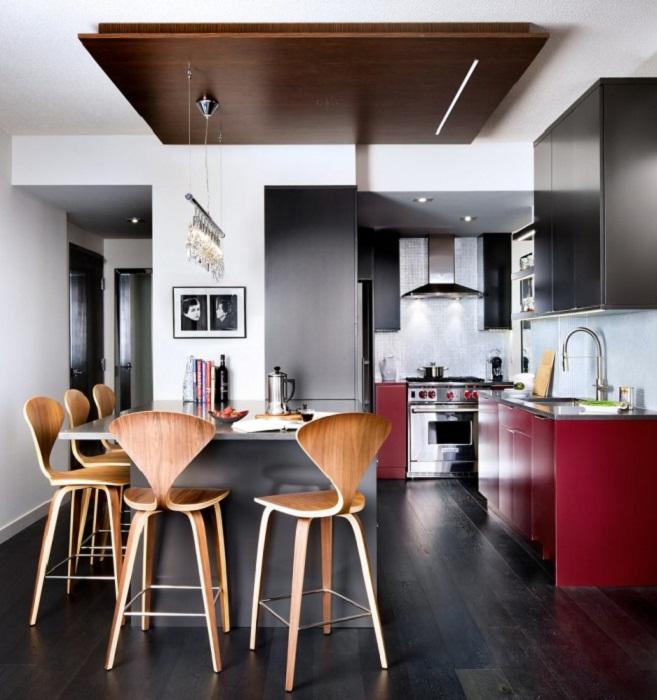 Декор кухни преображен с помощью необычных стульев, что понравятся.
