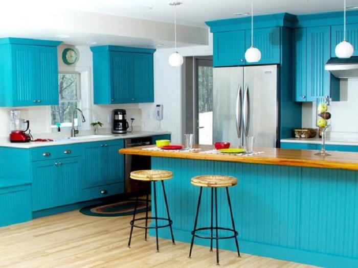 Крутое решение оформить кухню в цвете морской волны, что создаст крутую обстановку.