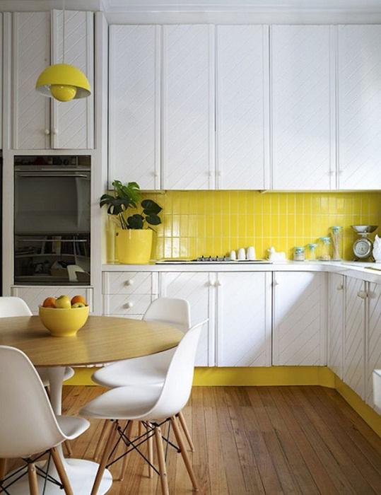 Шикарный вариант обустроить кухню с ярко-желтой рабочей стенкой, которая декорирована кафелем.