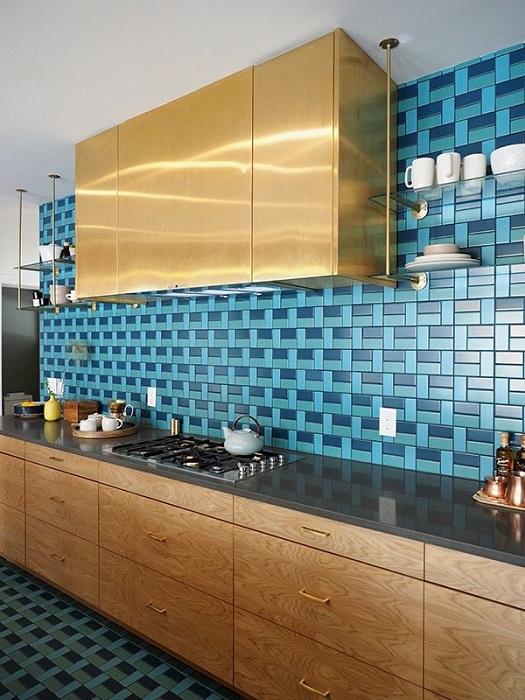 Крутое решение создать такую красивую обстановку на кухне за счет красивого кафеля.