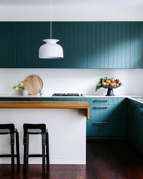 Современная кухня декорирована в бирюзовых тонах с белыми акцентами, что точно создаст потрясающую обстановку.