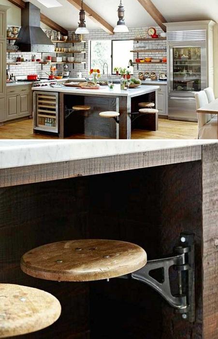 Старинный скандинавский интерьер кухни с выдвижными комфортными табуретками.