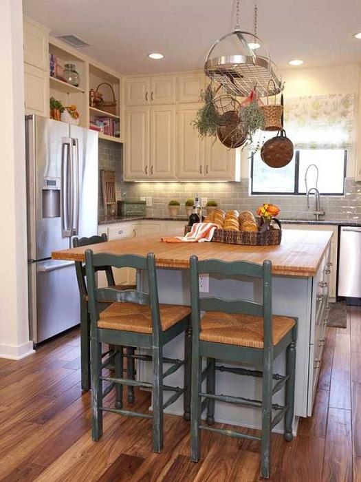 Использование одного края стола для обедов - просто отличный вариант оформления стола на кухне.