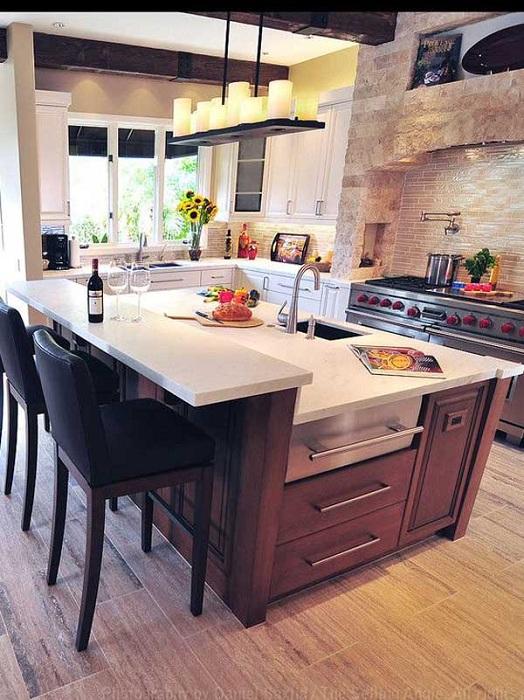 Интересный столик на кухне сочетается с небольшой барной стойкой, которая проста и симпатична.