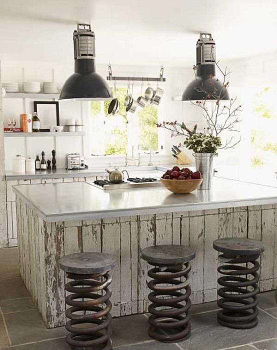 Использование старинных декоративных пружин на кухне в качестве стульев.