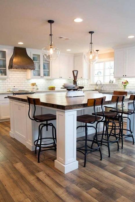 Расширенное пространство на кухне и рабочей зоны за счет большого и удобного стола.