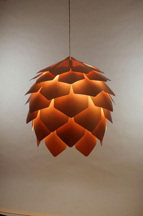 Интересный светильник в форме шишки прекрасно впишется в интерьер дома.