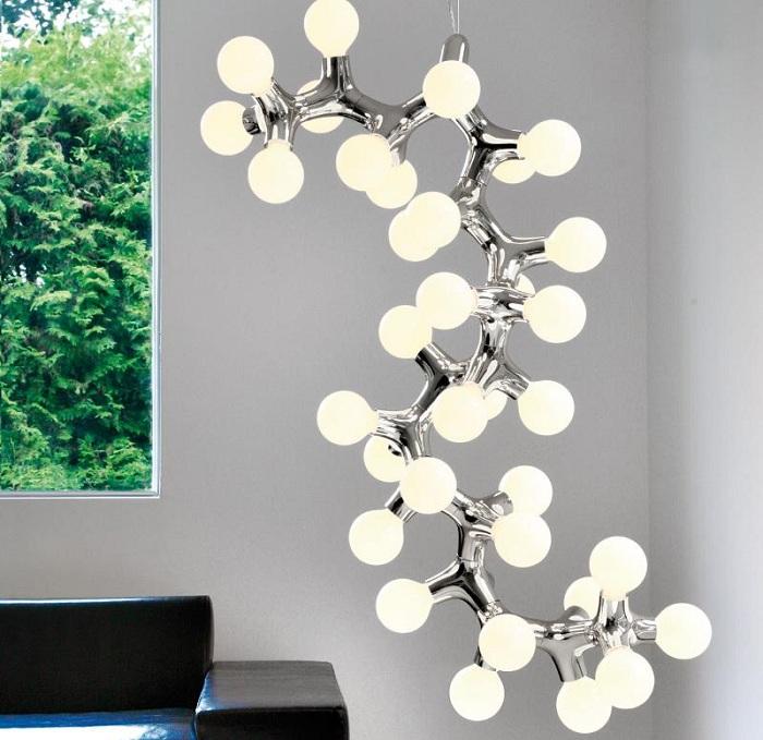 Необычный и очень симпатичный светильник в виде молекулы сделает интерьер комнаты просто потрясающим.