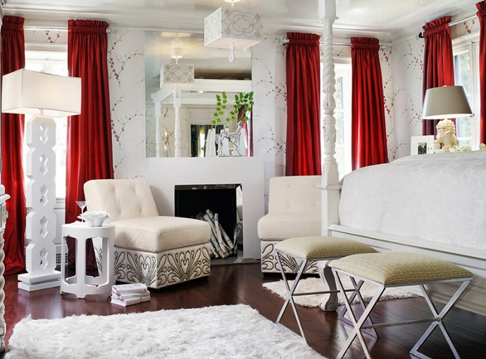 Интересный интерьер в красно-белом цвете с интересной деталью лампой-штативом.