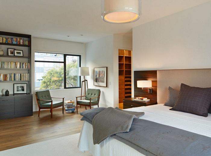 Интересный интерьер спальной в светлых тонах с серыми деталями, один из интересных вариантов оформления комнаты для сна.