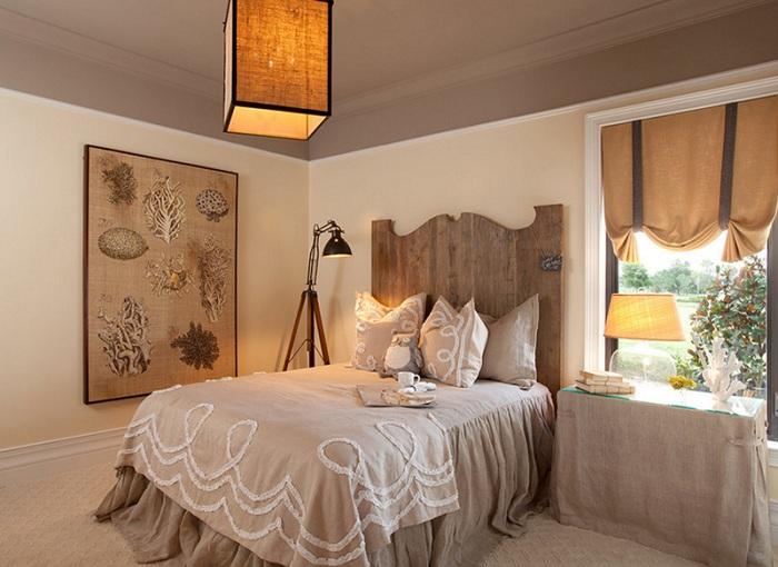 Бежево-коричневые тона в оформлении спальной, один из самых простых и интересных вариантов для дизайна комнаты с торшером-штативом.