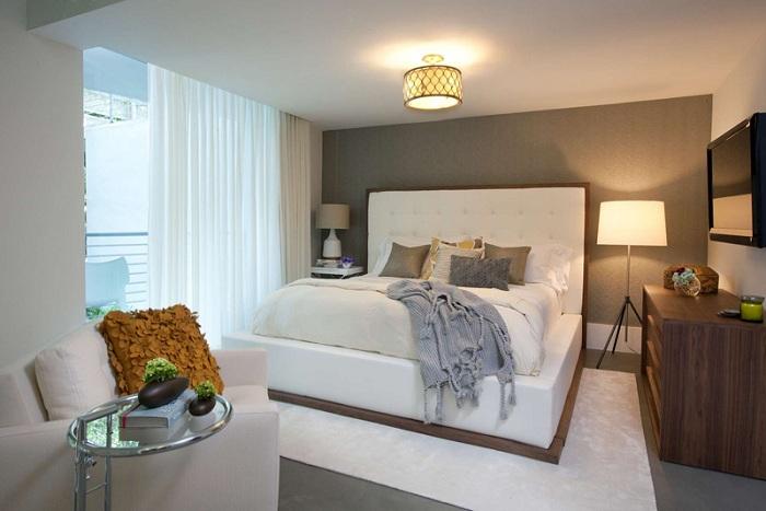Светлая атмосфера в спальной в серо-белых тонах, что создает прекрасную атмосферу в комнате.