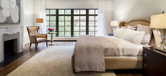 Прекрасная атмосфера в спальной в нежных и светлых тонах, создает интересную атмосферу и дополнена торшером-штативом.