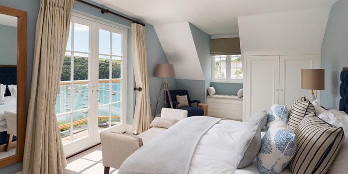 Нежно-голубая спальня с торшером-штативом - интересное решение для оформления спальной в любом доме.