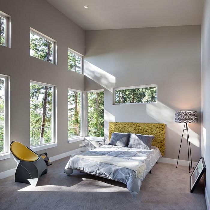 Симпатичный и интересный дизайн спальной в светло-серых тонах, дополнен интересным торшером-штативом.