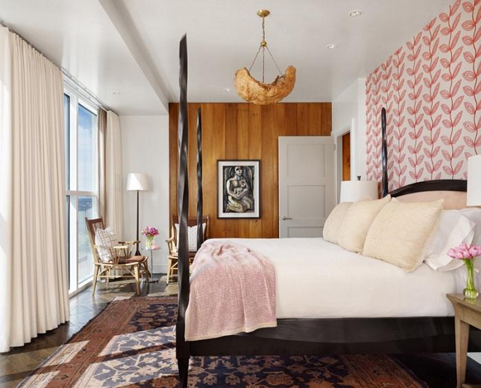 Один из самых интересных вариантов для оформления спальни - нестандартные сочетания в цветовой гамме и в деталям с милым торшером-штативом.