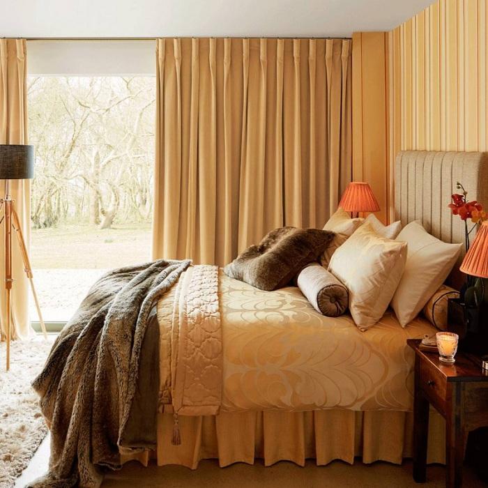 Прекрасный интерьер спальни очень нежный и интересных за счет сливочных тонов, дополнен торшером-штативом.