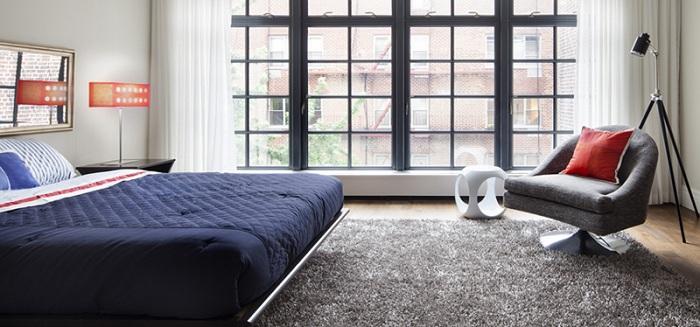 Стильный интерьер спальной в современном стиле с прекрасной торшером-штативом.