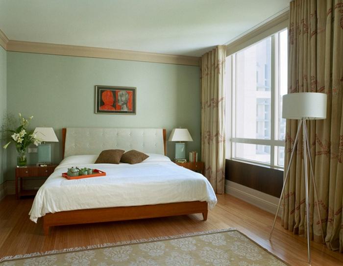 Симпатичный дизайн спальной в оливковых тонах - отличительным элементом которой является торшер-штатив.