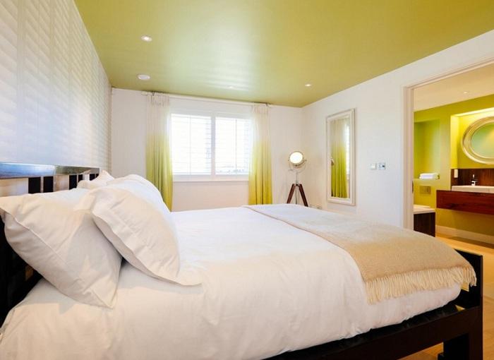 Симпатичные акценты в салатовом цвете, которые создадут теплую и яркую атмосферу в любой спальной дополненной торшером-штативом.