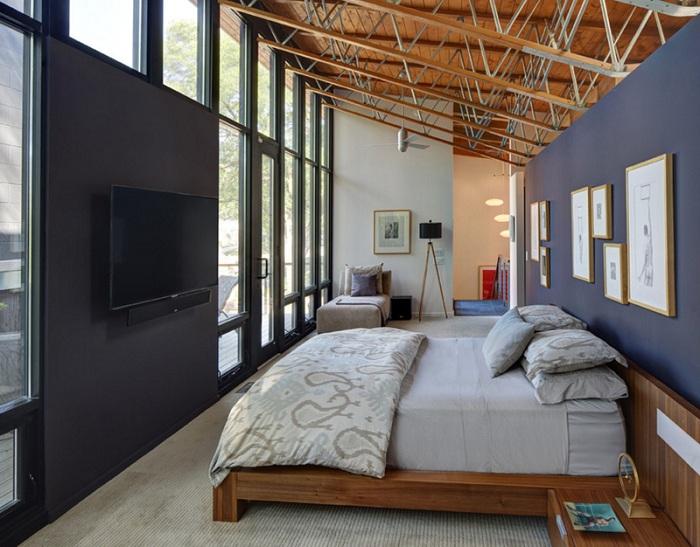 Яркий элемент - темные стены в спальной впечатлят и удивят по своему и создадут интересную атмосферу с интересной лампой-штативом.