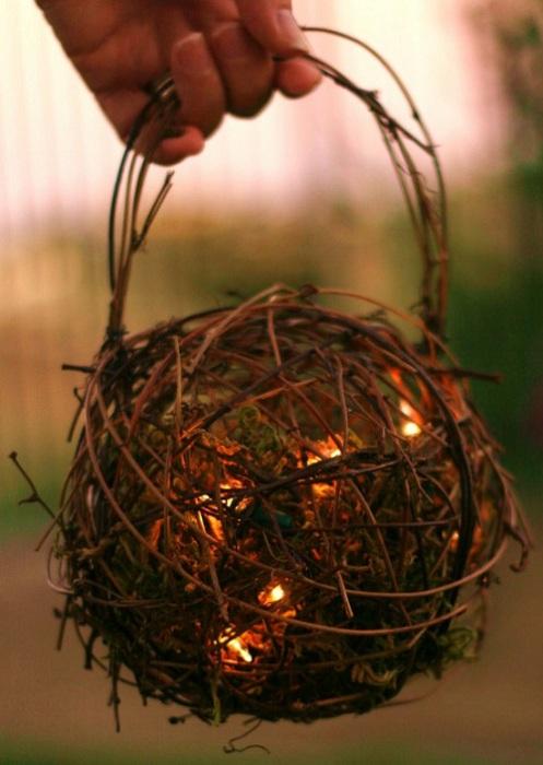 Интересный вариант оформления фонариков из веток деревьев подойдет для украшения сада.