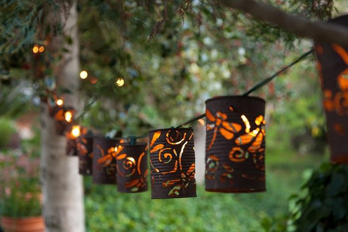 Садовая гирлянда из фонариков, которые сделанные своими руками – прекрасное дополнение к общей обстановке в саду.