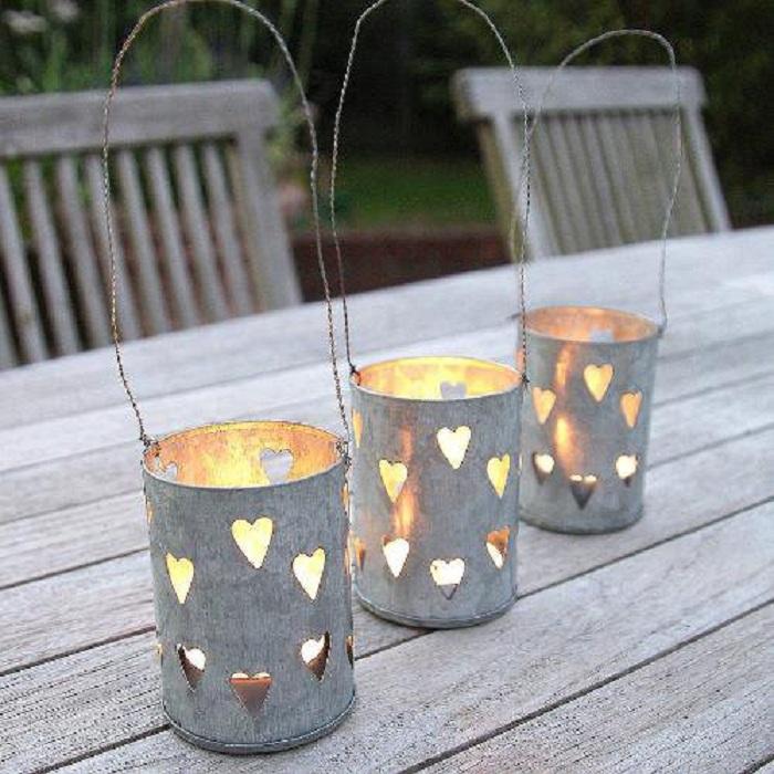 Ажурные фонарики из жестяных банок – отличный вариант оформления светильников для сада.