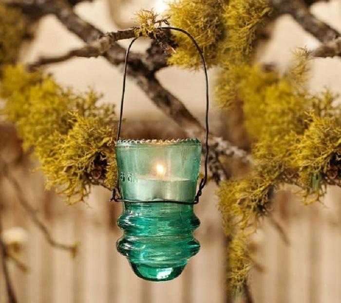Зеленый красивый фонарик из стекла – отличное украшение для садового участка.