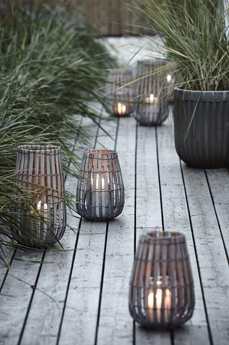 Симпатичные плетенные деревянные фонарики для украшения прекрасного сада около дома.
