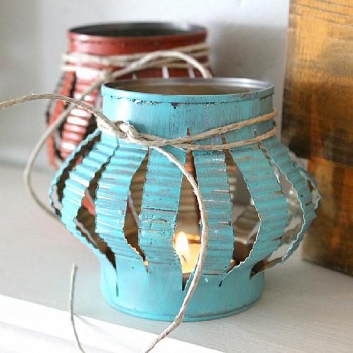 Красивый вариант оформления фонарика для сада из жестяной банки.
