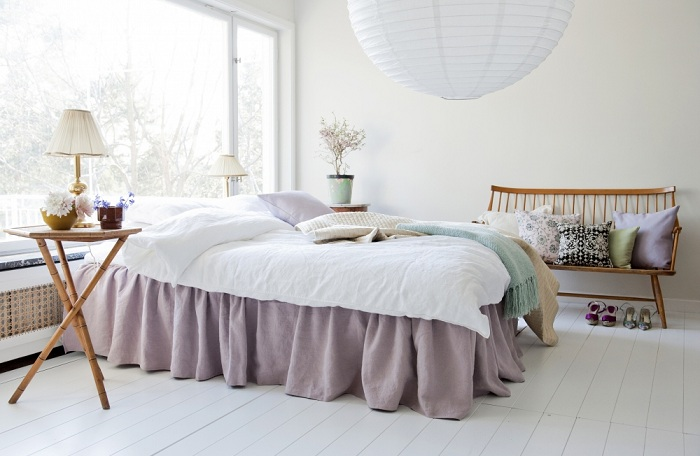 Спальня представлена в белом цвете, а постельное белье в лавандовом. Интерьер получается романтичным и спокойным.