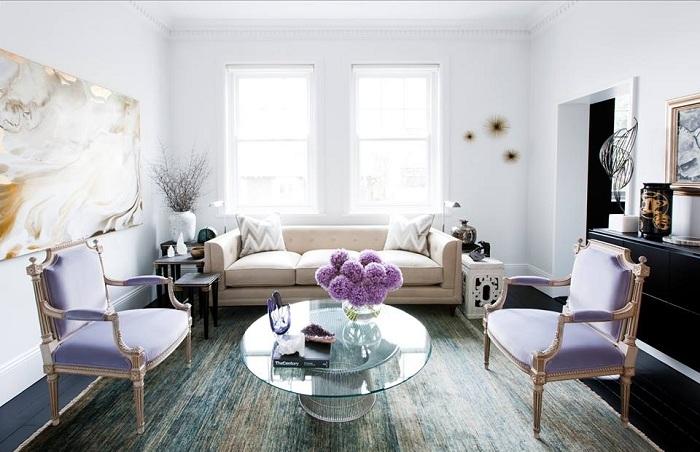 Классический стиль гостиной - лаванда присутствует в акцентах и аксессуарах, стены и потолки белые. Интерьер смотрится строго и элегантно.
