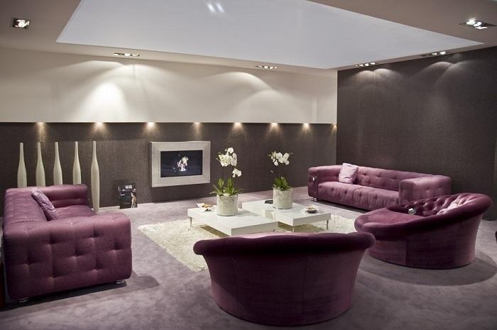 Темные стены и темно фиолетовая мебель будут гармонично смотреться, если комната просторная и хорошо освещена. Не стоит отделывать стены темными тонами, если комната небольшая по площади.