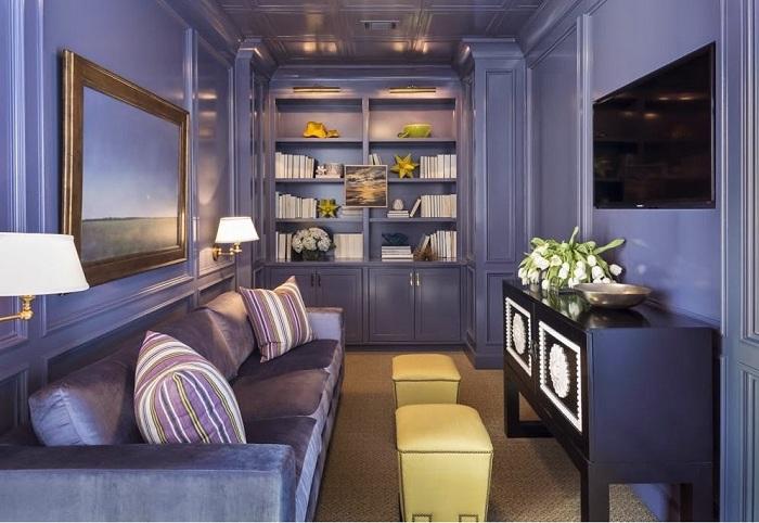 Гостиная полностью оформлена в лавандовом цвете, темный оттенок визуально делает комнату меньше, поэтому не надо его использовать, если помещение и так маленькое.