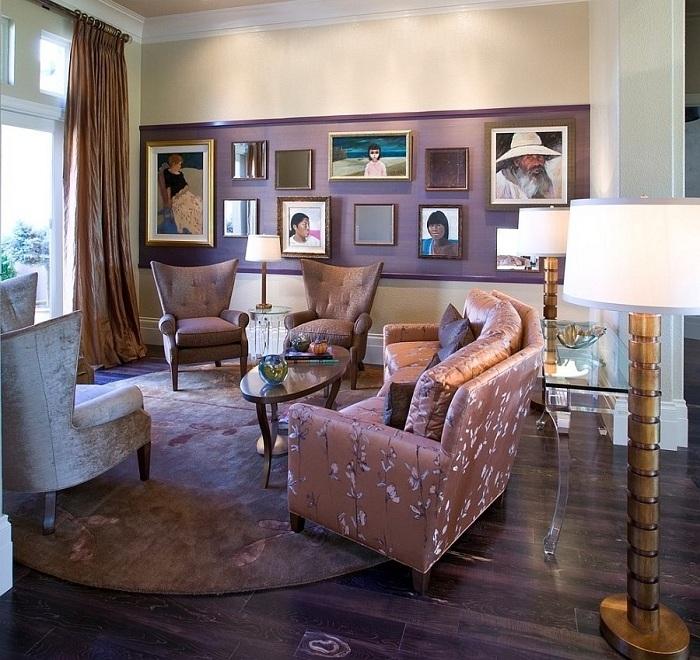 Гостиную можно оформлять в любом стиле, главное правильно подобрать цвета и мебель. В этой комнате гармонично сочетается кремовая мебель и шторы с фиолетовой стеной.