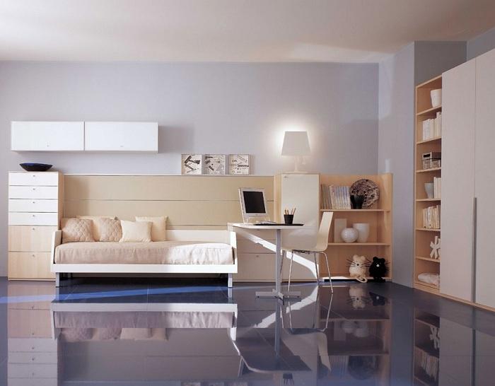 Гармоничное сочетание светлых лавандовых стен, глянцевого пола и бело-кремовой мебели делает комнату стильной.