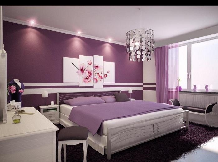 Теплые цветовые решения создадут в комнате больше уюта и тепла. Стильно будет смотреться комната, где одна стена имеет насыщенный фиолетовый цвет, и ее дополняют подушки и шторы такого же тона.