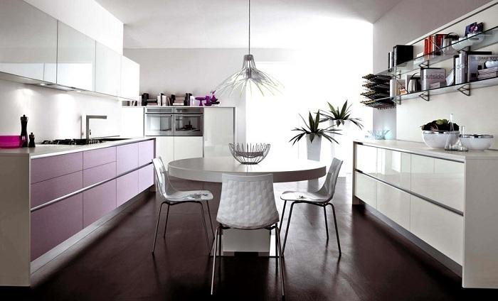 Оформлять кухню в этом тоне надо очень осторожно, его должно быть не так много. Мебель лавандового цвета смотрится эффектно, особенно её фасады.