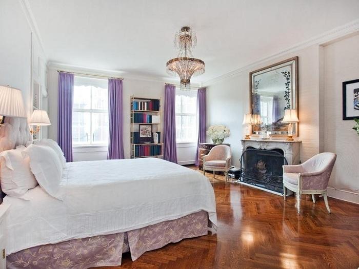 Классическая спальня в светлых тонах и светлые лавандовые шторы - идеальное сочетание, интерьер выглядит романтичным и нежным.